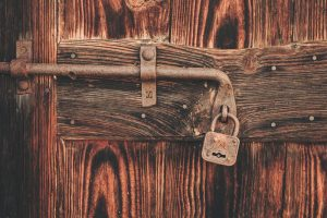 En lås på en dør
